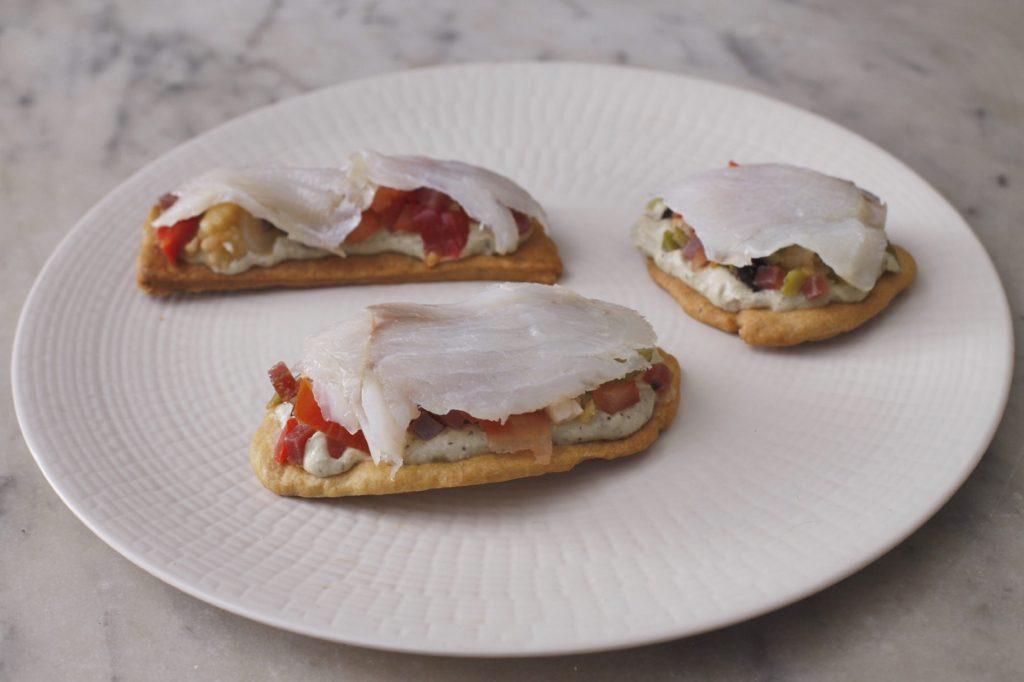Aperitivo gourmet de tosta casera de ahumados, encurtidos y pesto de berenjena