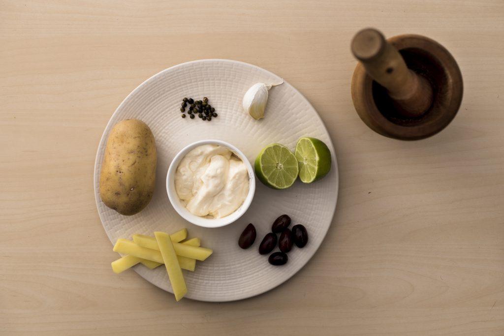 Ingredientes preparados para el alioli