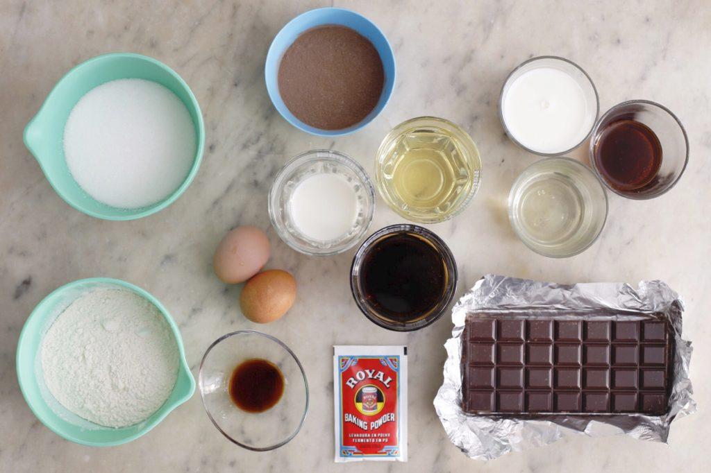 Ingredientes para el bizcocho de chocolate fácil.