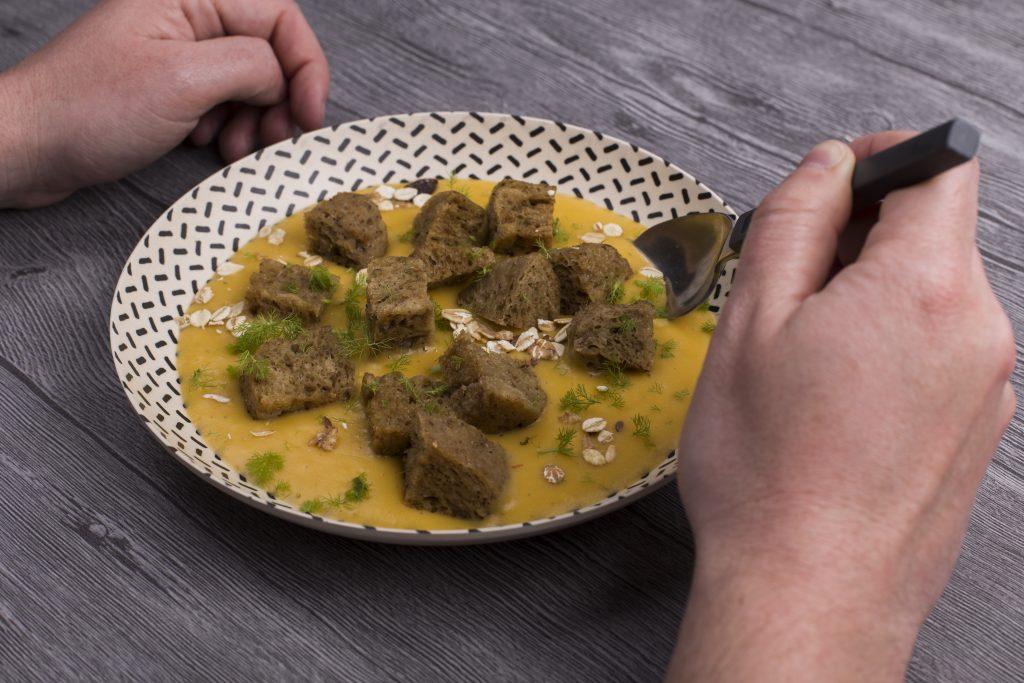 Seitán con crema de calabaza, hinojo y cereales