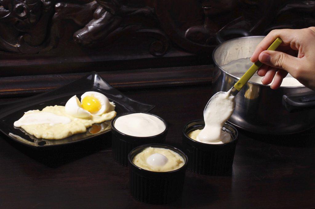 Napando los huevos con el atascaburras