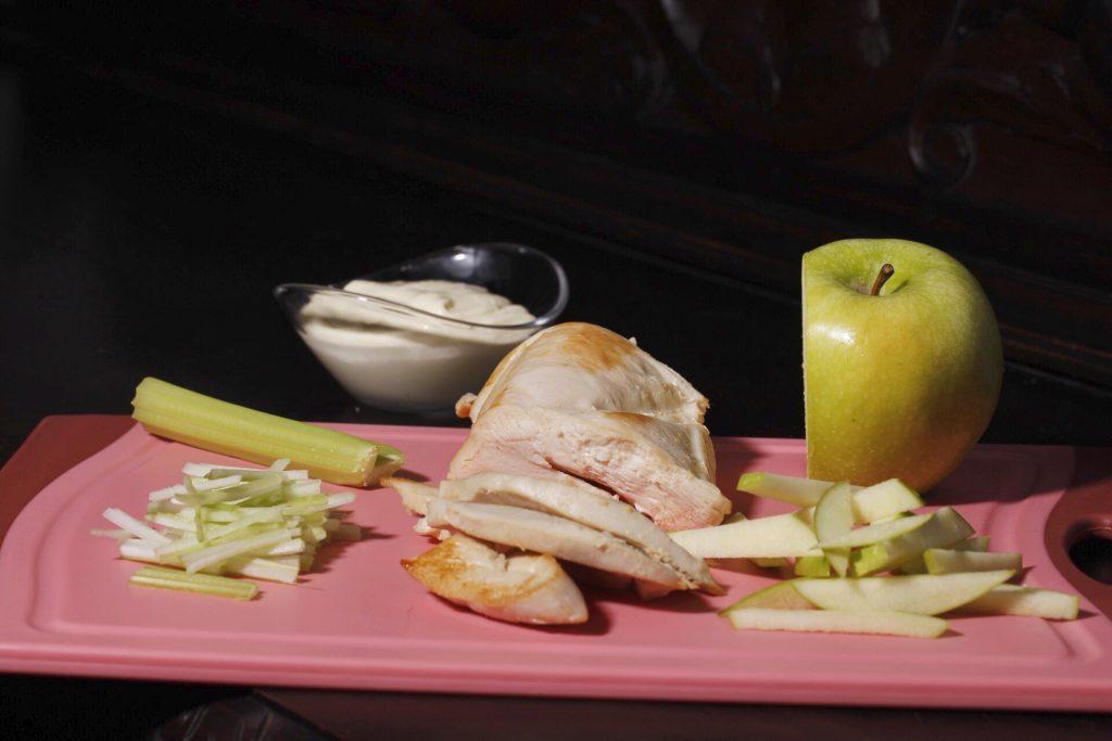 todo cortado para nuestra ensalada waldorf