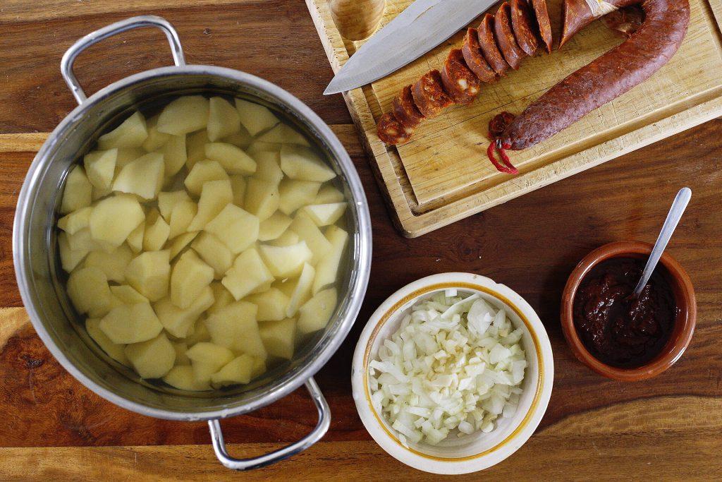 Todos los ingredientes preelaborados de las patatas a la riojana
