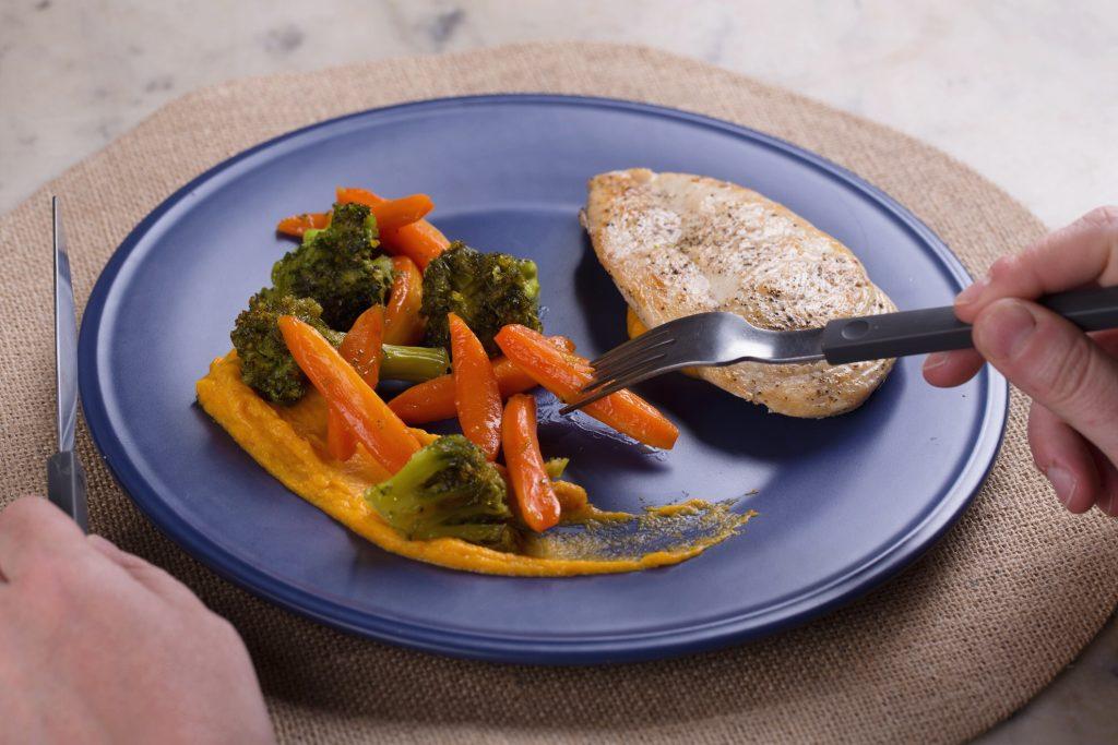 plato final, zanahoria y brócoli glaseados con pollo