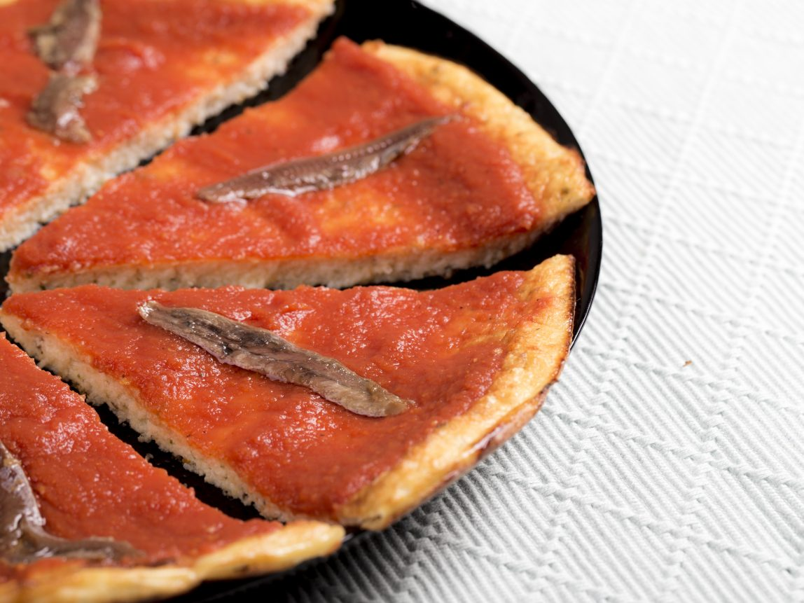 pizza de coliflor con tomate casero y anchoas