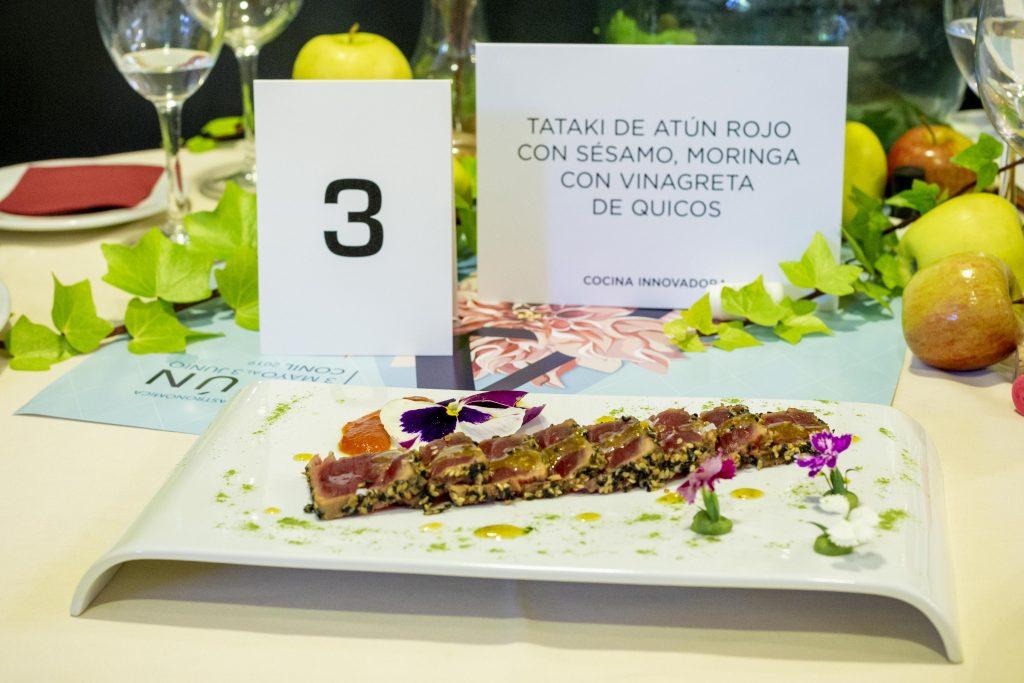 Tataki de atún rojo con sésamo, moringa con vinagreta de quicos