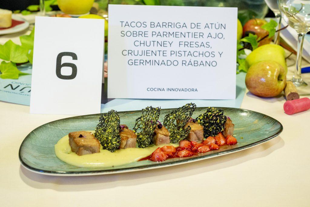 Tacos de barriga de atún sobre parmentier de ajo, chutney de fresas, crujiente de pistacho y germinado de rábano.
