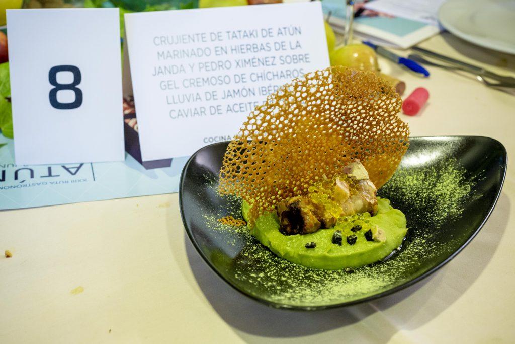 Crujiente de tataki de atún marinado en hierbas de la janda y Pedro Ximénez sobre gel cremoso de chícharos, lluvia de corazón de atún y caviar de aceite
