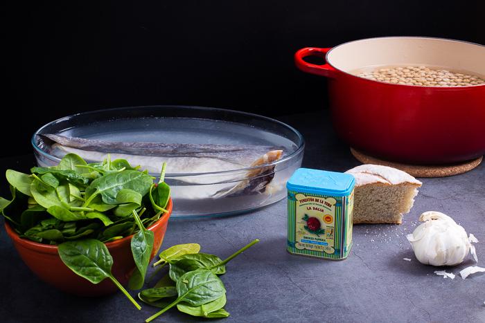 Ingredientes de los garbanzos con bacalao