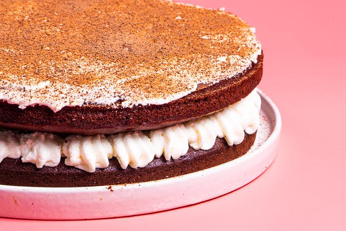 bizcocho de chocolate y mayonesa con nata montada
