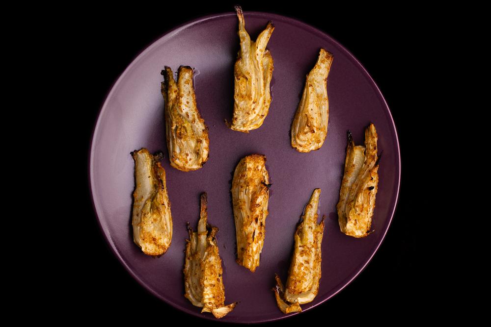Hinojo asado sobre plato mate